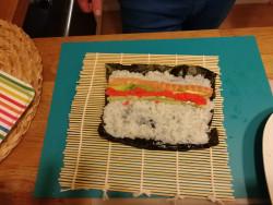 Sushi připravené k rolování.